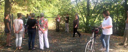 17.08.2020 Frau Finkele (Die Grünen) mit den Vogelsiedlern, vor der angrenzenden Wiese der Schule Rüttgersweg